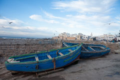 MAROCKO ESSAOUIRA - Januari 09, 2013 Fiska blåa fartyg i por Arkivbild
