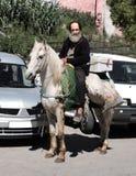 Marocko marknadsfyrkanten av staden av Fez Mars 12 2019 Skicklig ryttare som rider en basar arkivfoton