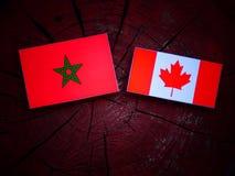 Marokańczyk flaga z kanadyjczyk flaga na drzewnym fiszorku odizolowywającym zdjęcie royalty free