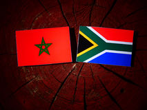 Marokańczyk flaga z południe - afrykanin flaga na drzewnym fiszorku odizolowywającym Zdjęcie Stock