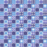 Marokańczyk tafluje ornamenty w błękitnych i bielu kolorach ilustracji