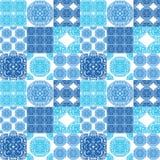 Marokańczyk tafluje ornamenty w błękitnych i bielu kolorach Obrazy Royalty Free