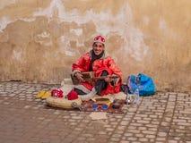 Marokańczyka Gnawa uliczny muzyk bawić się gumbri Zdjęcia Stock