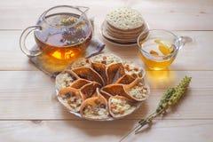 Marokańscy bliny z ziołową herbatą Bliskowschodni jedzenie fotografia stock