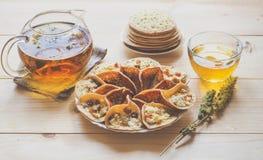 Marokańscy bliny z ziołową herbatą Bliskowschodni jedzenie obraz stock