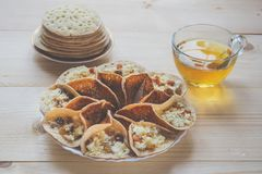 Marokańscy bliny z ziołową herbatą Bliskowschodni jedzenie obrazy royalty free