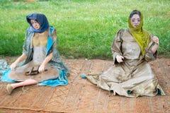 Marokańscy kobiet mannequins robi niciom z wełny zdjęcia stock