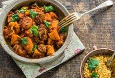 Marokański jagnięcy tajine z couscous garnirującym z świeżym coriande Zdjęcie Stock
