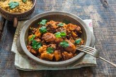Marokański jagnięcy tajine z couscous garnirującym z świeżym coriande Fotografia Royalty Free