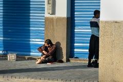 Marokański mężczyzna obsiadanie na drodze w Agadir Maroko Zdjęcia Stock