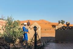 Marokański mężczyzna przy budynkiem w saharze Obrazy Stock