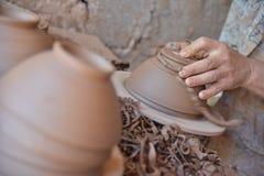Marokański rzemieślnik rzuca glinianego garnek na garncarki kole Fotografia Royalty Free