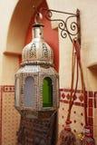 Marokańskie szkła i metalu lampionów lampy w souq Obraz Royalty Free