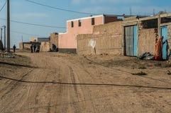 Marokańska wioska w deserze z elektrycznymi drutami Zdjęcia Royalty Free