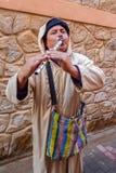 Marokański Uliczny flecista jest ubranym tradycyjnego jellaba Obraz Royalty Free