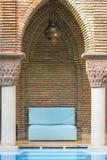 Marokkaan ontspant door de Pool Stock Afbeeldingen