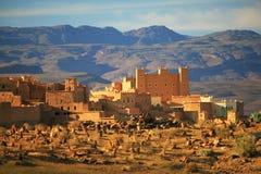 Marokkaans ksar en kerkhof Stock Afbeeldingen