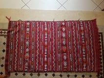 Marokkaans met de hand gemaakt tapijt stock foto's