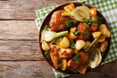 Marokkaans voedsel: stukken van kip met venkel en aardappels wordt gebakken die stock foto's