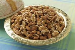 Marokkaanse feestelijke tajine met noten en data Stock Foto's