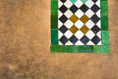 Marokkaanse keramische tegels en pleisterachtergrond in Marrakech stock afbeelding