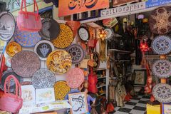 Marokkaanse lokale ambachten voor verkoop in een herinneringswinkel Essaouira marokko royalty-vrije stock foto's