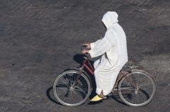 Marokkaanse mens op fiets stock foto