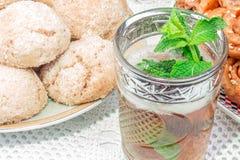 Marokkaanse muntthee met koekjes Stock Foto's