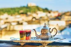 Marokkaanse muntthee met snoepjes Royalty-vrije Stock Afbeelding