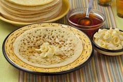 Marokkaanse pannekoeken met boter en honing Stock Foto