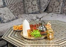Marokkaanse suikerkegel en thee Stock Afbeelding