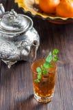 Marokkaanse thee met munt, ijzerketel en traditionele schotel Stock Afbeeldingen