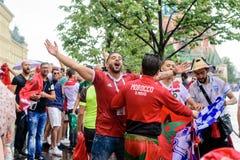 Marokkaanse voetbalventilators in de regen dichtbij Rood Vierkant in Moskou royalty-vrije stock afbeelding