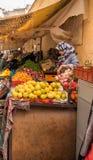 Marokkaanse vrouwen verkopende vruchten en groenten Royalty-vrije Stock Afbeeldingen