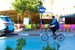 Marokkaner, der Fahrrad nahe bei dem souk fährt stockfoto