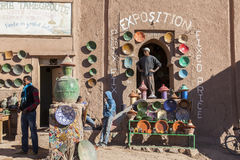 Marokkanische Berbertonwarenwerkstatt Stockbild