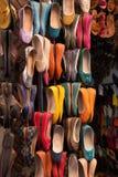 Marokkanische bunte Lederschuhe Stockbilder
