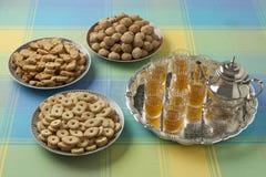 Marokkanische festliche selbst gemachte Plätzchen und Tee Stockbilder