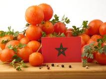 Marokkanische Flagge auf einer Holzverkleidung mit den Tomaten lokalisiert auf einem Whit Stockbilder