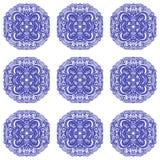 Marokkanische Fliesenverzierungen in den blauen und weißen Farben Stockfoto