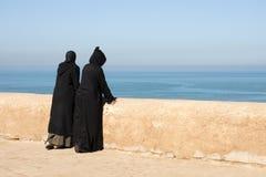 Marokkanische Frauen, die heraus über dem Ozean schauen Lizenzfreie Stockfotos