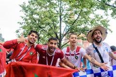 Marokkanische Fußballfane im Regen nahe Rotem Platz in Moskau lizenzfreies stockbild