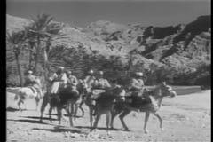 Marokkanische Kavallerie, die durch die Wüste auflädt stock video