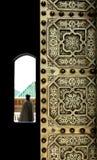 Marokkanische kupferne Tür und ein Pförtner Stockbild