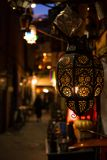 Marokkanische Lampe Aufw?ndige traditionelle marokkanische Lampe Marokkanische Messingmetalllaternenlampe auf der Nachtstra?e in  lizenzfreie stockfotografie