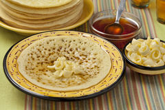 Marokkanische Pfannkuchen mit Butter und Honig Stockfoto