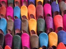 Marokkanische Schuhe für Verkauf an altem Markt Marrakeschs, Marokko lizenzfreie stockfotografie
