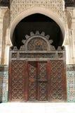 Marokkanische Tür in einem geöffneten Hof Lizenzfreie Stockfotografie
