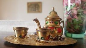 Marokkanische traditionelle Teekanne stockfotos