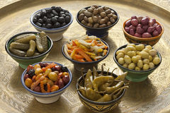 Marokkanische Vielzahl von in Essig eingelegten Oliven und von Gemüse Stockfoto